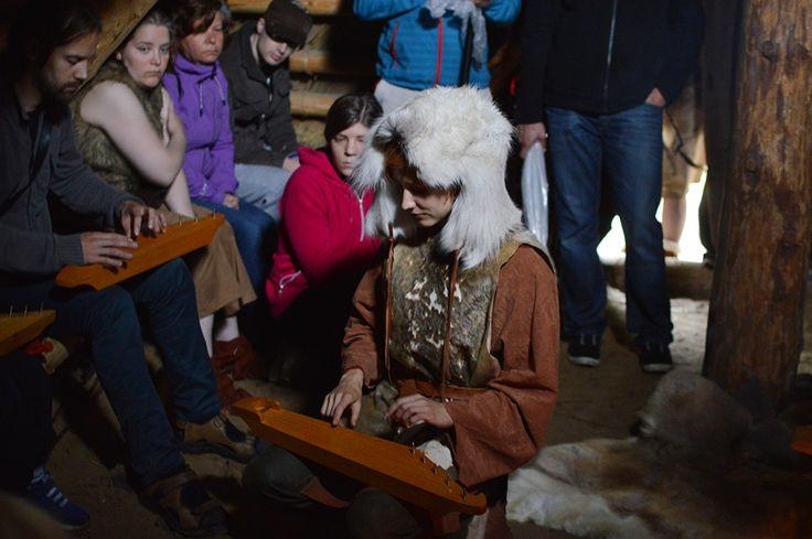 Muinaismarkkinoilla on musiikkityöpajoja, joissa voi kokeilla 5-kielisen kanteleen soittoa tai valmistaa ruokopillin. Luuppi, Oulu (Finland)