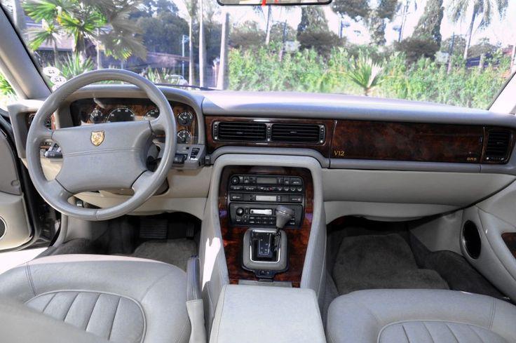 """O modelo x305 se diferencia dos outros xj12 por uma insígnia """"V12"""" embutida no painel de madeira do painel do lado do passageiro"""
