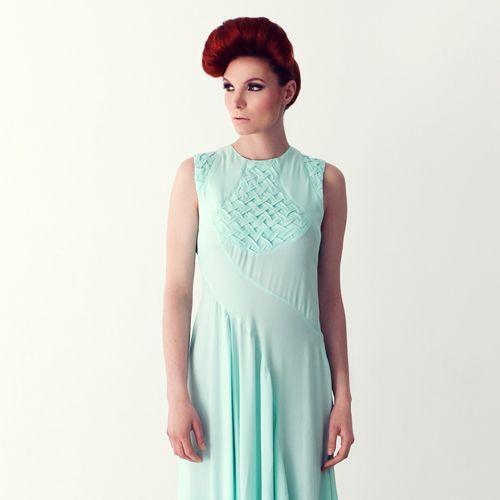 svatební či společenské šaty AIN Dlouhé dámské šaty romantického typu majínetradiční střih a zdobení. Jsou ušity z velmipříjemné viskózové splývavé látky. Střih je promyšlený a členitý. Na prsou a ramenech jsou šaty dekorovány ručně vytvořenou strukturou. Zapínání šatů je na skrytý zip na boku a také na zádech na malý knoflíček. Silueta šatů je ...