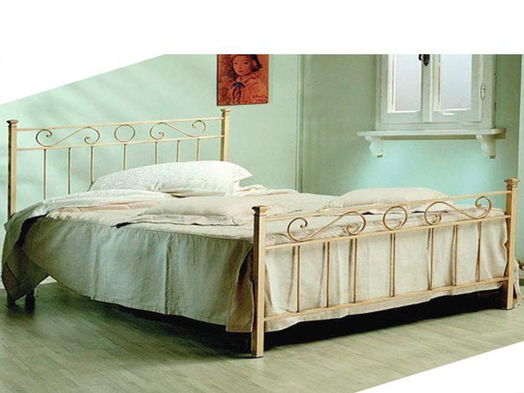 Letti in ferro matrimoniali, di colore avorio, dalle linee semplici e raffinate per arredare con gusto ogni camera da letto.