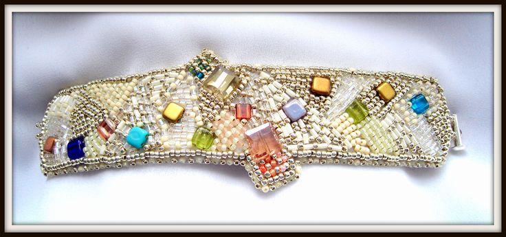 BRĂȚARĂ UNICAT - CHRISTMAS TIME UNIQUE BRACELET - CHRISTMAS TIME Create și realizate de Mireille Colours Bijuterii Tehnici: broderie cu mărgele japoneze, cehești, cristale, perle, pietre semiprețioase, terminații aurite sau argintate Design and realization - Mirelille Colurs Bijoux Techniques: beads embroidery, peyote, herringbone, RAW, square - cu Mireille Colours Bijoux.