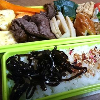 2016/11/11 11:43:26 muraxmura こんにちは。  今日牛は焼き肉弁当。  副菜は厚揚げ、蓮根、カボチャ、玉子焼き、各種野菜に酢の物でした。  Good afternoon!  The main dish of today's bento is grilled meat of beaf.  The side menus are simmered fried tofu, rolled omelet, vinegared food, and vegetables.  #弁当 #昼食 #ランチ #お弁当  #大阪 #vegetables  #ピーマン #pimento #焼肉 #緑黄色野菜 #健康  #health #misosoup #pumpkin #tomato  #オイスターソース  #vitamins #carotene #dietaryfiber #食物繊維 #カロテン #ビタミン #基礎代謝  #カボチャ #牛焼き肉  #健康