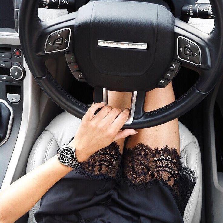 Девушка с рулем в руках