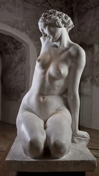 Fotos de Anatomy 4 sculptors...stunning! The skin folds and the way it looks like skin is stretching over her rib cage and the thighs. so cool! I want to learn how to sculpt!