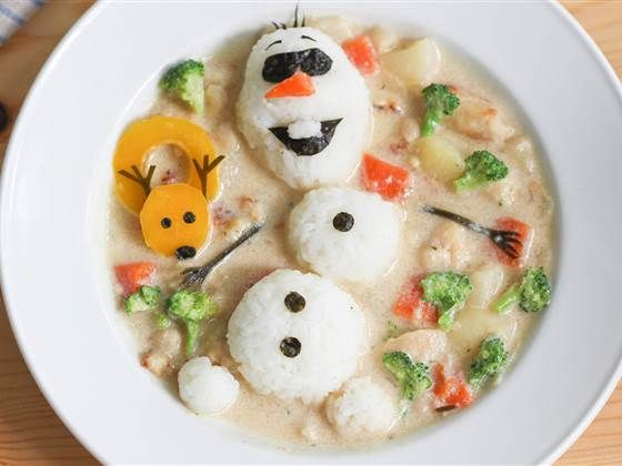 Mom creates amazing lunch art to comfort son ---> When her young son was having anxiety going to school, one mom turned to creative lunches to make her son feel more comfortable. And, apparently, the SpongeBob SquarePants made of pasta did the trick. (September 26)
