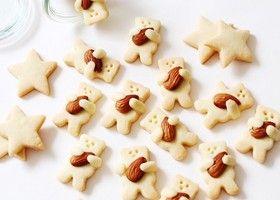 アーモンドを大事そうにぎゅっと抱えた、くまちゃんのキュートすぎるクッキー。世界中で話題の抱っこくまクッキーは自分で作ってプチギフトにしましょ♩