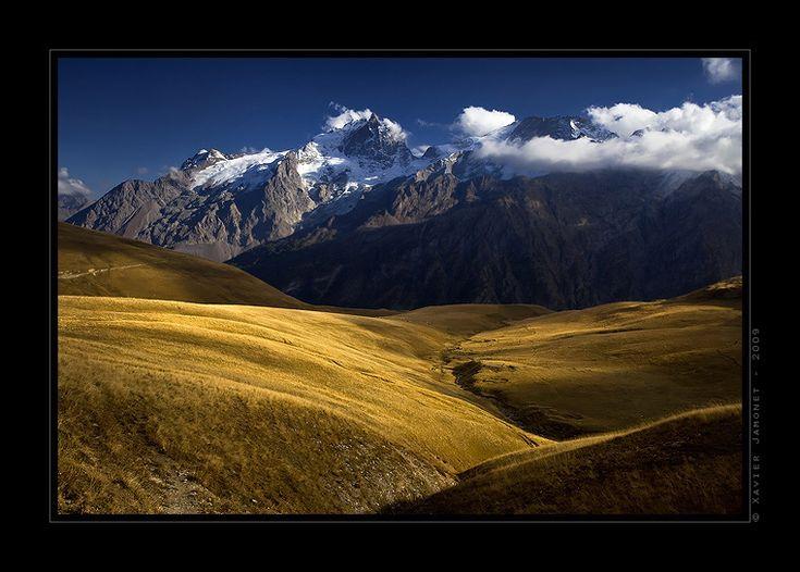 Les alpages du plateau d'Emparis revêtent la couleur dorée de l'Automne… Au loin, la Meije et le Rateau, sommets mythiques des Ecrins blanchis par les premieres neiges, se couvrent peu à peu d'une épaisse brume. Une nuit sans Lune se prépare sur les bords du lac Lérié