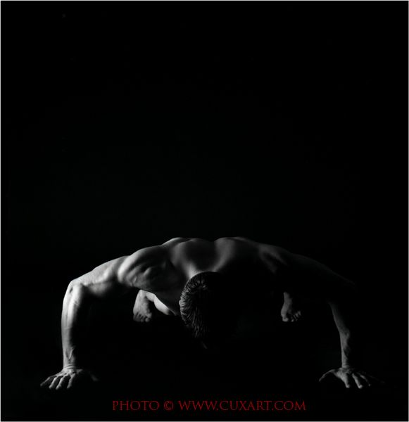 Arquitectura masculina. Desnudo masculino. Fotografía analógica. B&N.