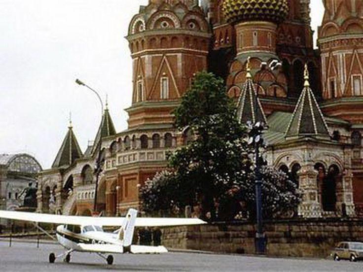 28 мая 1987 года 18-летний немец Матиас Руст приземлился на своем самолете «Сессна-172Б Скайхок» на Красной Площади в Москве. Этот случай расценили, как полный провал ПВО Советского Союза.