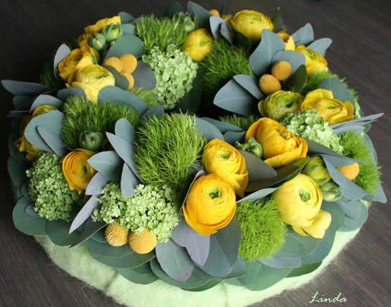 Lentekrans bloemschikken - krans met gele tinten met Viburnum, Dianthus en Craspedia