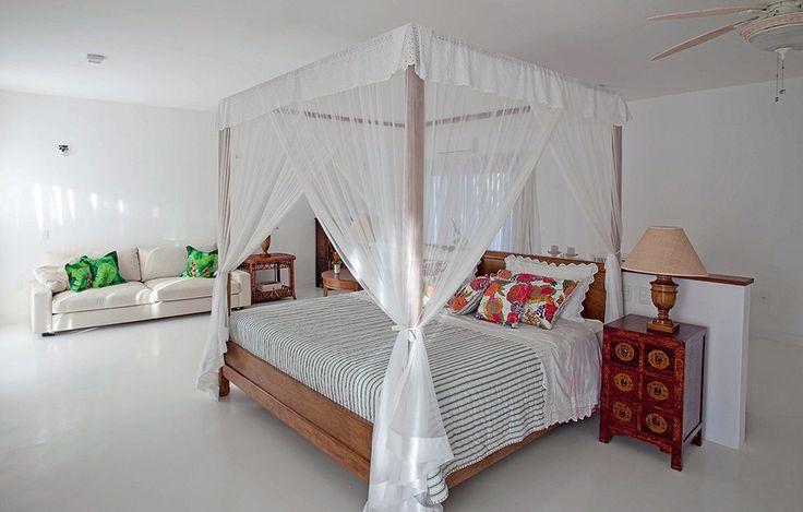 Ainda na casa projetada pela arquiteta Ligia Resstom, em Trancoso, todos os quartos têm camas com dossel, para proteger dos insetos e dar um clima oriental à decoração. Para facilitar a limpeza, o piso é revestido de cerâmica branca