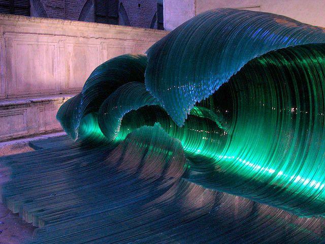 """""""Olas de cristal"""" realizada por escultor italiano Mario Ceroli, material el vidrio."""