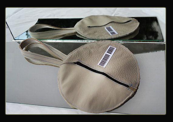 Pochette in pelle di recupero da scarti industriali.  Texuture differenti Apertura frontale con zip  Forma circolare  Pezzo UNICO