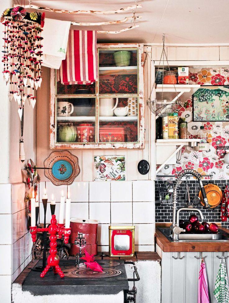 Mobilen, en så kallad oro, är gjord av halm, tapetbitar, presentpapper, torkade bär, konservburkar och en bit svart kläde. Torkställningen ovanför vedspisen har Lina täljt och skåpet är byggt av ett gammalt fabriksfönster.