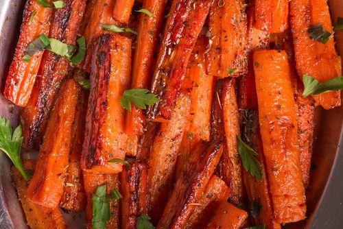 Préparation :  1. Préchauffez votre four à 200°. 2. Pelez les carottes et coupez-les en bâtonnets. Placez-les sur une plaque allant au four. Arrosez-les avec l'huile d'olive, sale…