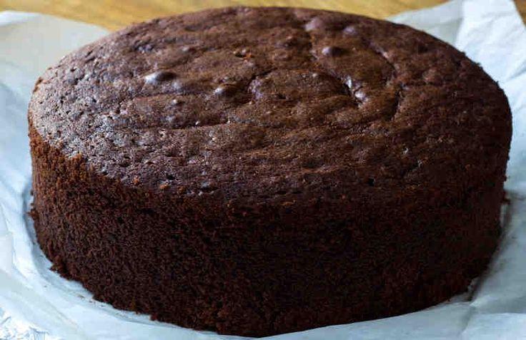 El bizcocho de chocolate es uno de los clásicos más grandes de las cocinas de todo el mundo. Aquí puedes encontrar una receta fácil de bizcocho de chocolate además sale esponjoso y jugoso.    Ingredientes (12 - 14 raciones / molde 18cm): + 2 Huevos L (o 3 huevos M), + 280 g (1 y 1/4 taza) Azúc