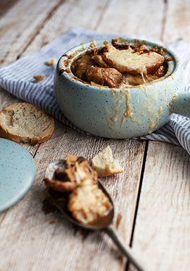 Soupe à l'oignon gratinée au porc braisé
