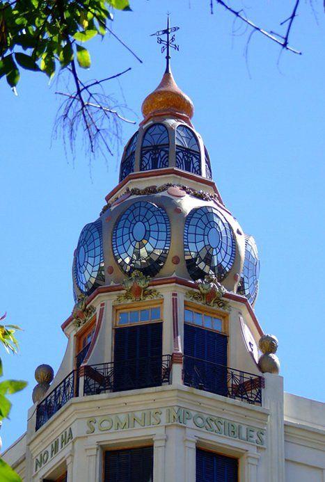 """Cupula del edificio de Av. Rivadavia y Ayacucho (influencia gaudiana), y su famosa frase """"Non hi ha somnis impossibles"""". Buenos Aires, Argentina. """"There are no Impossible Dreams"""""""