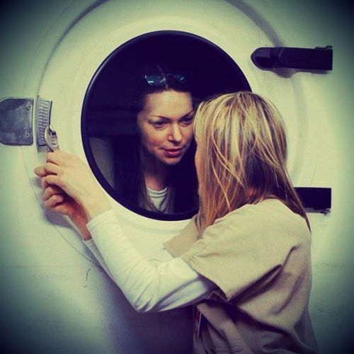 Alex (Laura Prepon) and Piper (Taylor Schilling) - Orange Is The New Black. I liked this scene :-)