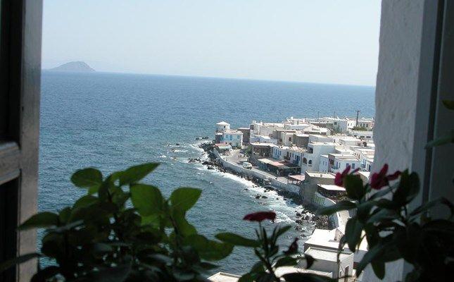 Η θέα στο Μανδράκι από το μοναστήρι της Παναγίας της Σπηλιανής! #Greece #travel #Nisyros http://diakopes.in.gr/trip-ideas/article/?aid=210358