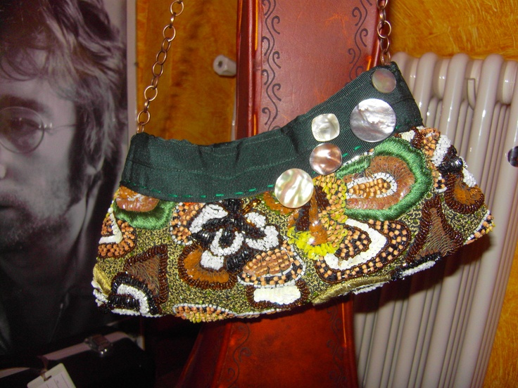 BOOM! First purse of the beads-project finished!    Made of cloth cut beaded shades of green and brown, dark green grosgrain ribbon, decorative mother-of-pearl buttons, magnetic closure and shoulder strap bronze.    Paillettes and beads everywhere!    Très chic, isn'it?
