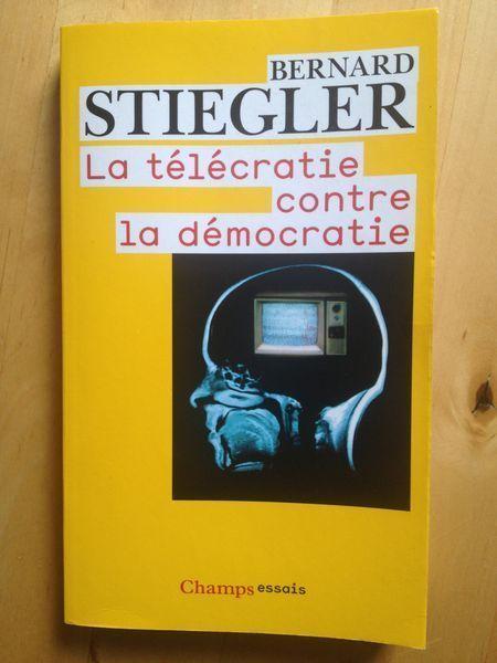 #philosophie : La Télécratie Contre La Démocratie - Bernard Stiegler. La télécratie qui règne désormais en France comme dans la plupart des pays industriels ruine la démocratie: elle remplace l'opinion publique par les audiences, court-circuite les appareils politiques et détruit la citoyenneté. La télévision et l'appareil technologique qui la prolonge à travers les réseaux numériques de télécommunication sont en cela devenus le premier enjeu politique. (...)