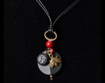 Colliervcoccinelle court cuir noir, labradorite, pierre volcanique, billes rouge  pendentif en laithon. Ladybug pendant black stone leather
