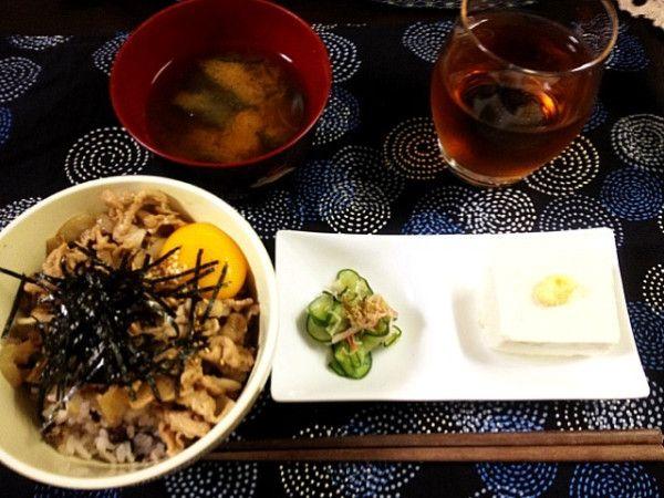 夕ご飯:豚丼(卵黄、刻み海苔、白胡麻)、冷奴(しょうが)、胡瓜もみ(カニカマ)、ワカメのお味噌汁、白菜の塩麹漬け。
