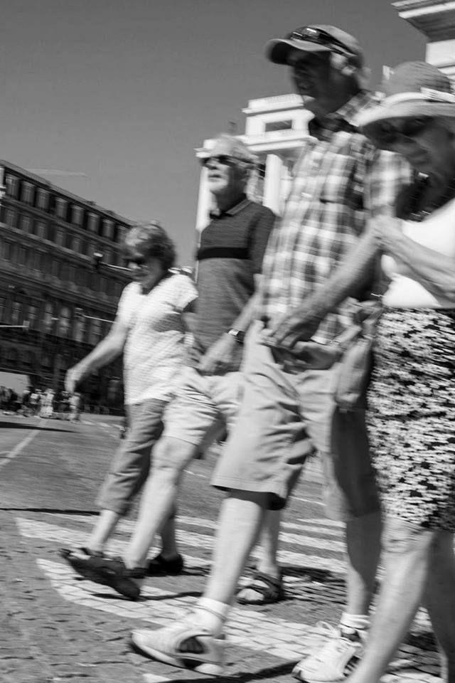 """""""Doppia coppia al passo"""",  Lisbona. 1° riScatto urbano di Fabrizio J. Agostino. Saranno conteggiati i """"mi piace"""" al seguente post: https://www.facebook.com/photo.php?fbid=10213876318615414&set=p.10213876318615414&type=3"""