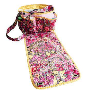 Heute möchte ich Euch gern meine neue Wickeltasche mit integrierter Wickelmatte vorstellen. Sie ist wirklich praktisch für unterwegs, denn Du hast alles an der Tasche dran, was Du benötigst: viele Fächer zum Verstauen von Windeln, Tüchern, Ersatzkleidung, Fläschchen, Spielzeug und natürlich auch für Deine eigenen Sachen, die Du unterwegs brauchst. (…) Durch die Klappe der Tasche, die gleichzeitig eine Wickelmatte ist, kann das Baby oder Kleinkind unterwegs jederzeit komfortabel gewickelt…