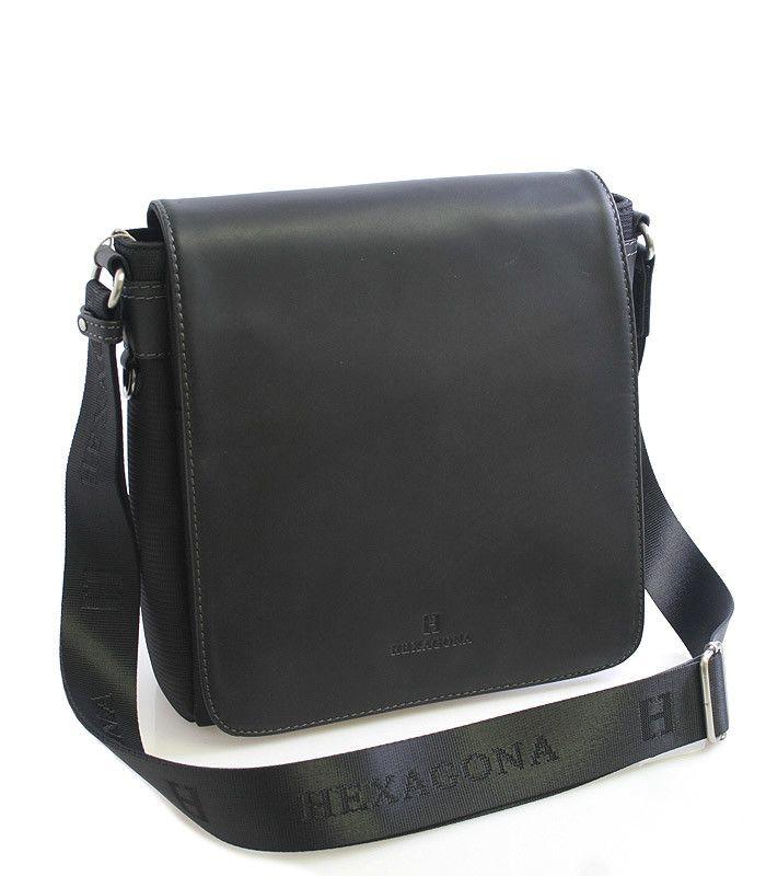 #Hexagona  Pánská černá luxusní taška Hexagona s koženou klopou na magnetický cvoček. Uvnitř – jedna kapsa na zip a jedna bez zipu. Zepředu – pod klopnou jedna kapsa bez zipu a na tužky. Zezadu – kapsa na zip. Součástí tašky je popruh (nylon). Materiál hovězí kůže (klopa + úchyty popruhu), nylon (tělo tašky).