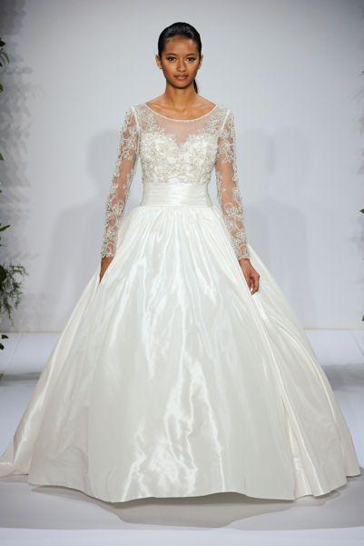 Bridal Week 2015 de New-York : Dennis Basso Les robes à manche longues sont rares, mais celle-ci est très réussie.