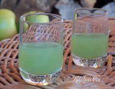 Liquore alla mela verde, nulla da invidiare a quelli che si acquistano, è amabile e gustoso, ottimo da bere a fine pasto, come digestivo o come sorbetto