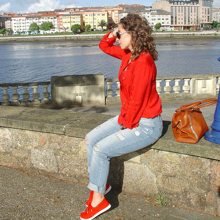 Vaqueros rotos con camisa roja-Ripped jeans and red shirt