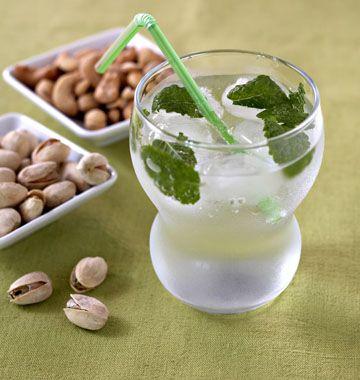 Foto della ricetta: Mojitos5 cl di rum Di zucchero 1 cucchiaino 1/2 lime 6 foglie di menta ghiaccio tritato Perrier tipi di acqua frizzante  Read more at http://www.odelices.com/recette/mojitos-r805/#lcWgHEADWFvcQVi4.99