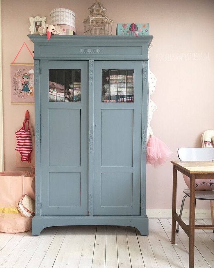 Girlsroom with blue cabinet | Kinderkamerstylist.nl (instagram)