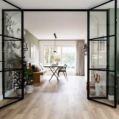 Niet alleen de PVC-vloer, die wij met trots hebben gelegd, maar ook de kleuren, de deuren, de materialen. Eigenlijk alles. De hele make-…