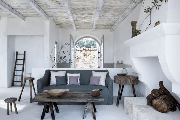 Pastel & rustic mix in the Italian Farmhouse: Love purple & grey tones with rustic furniture