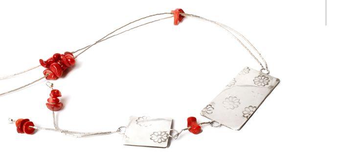 Japón. Collar de plata 950, con mostacilla de plata y coral rojo.