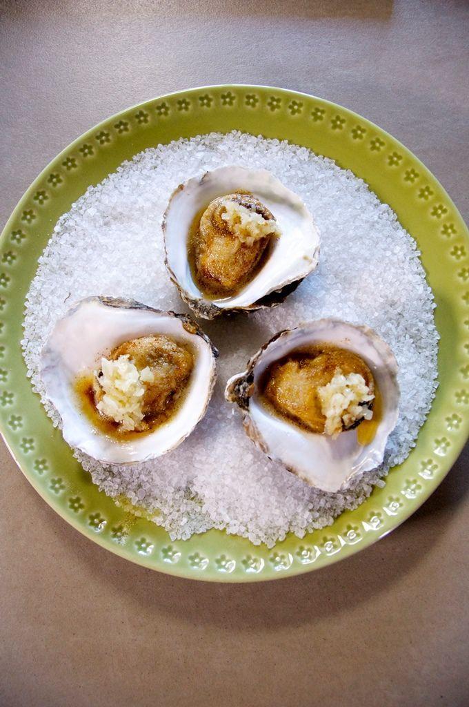 Bereiden:Maak de oesters open en maak ze los van de onderste schelp. Vang ze op in een kommetje. Maak de schelpjes proper. Snipper een sjalotje fijn en fruit aan in een klontje boter. Kruid met peper. Leg de oesters op een propere handdoek en dep ze voorzichtig droog. Verwarm een klontje boter in een pannetje en laat kleuren. Wentel de oesters door de bloem en schud ze goed af. Verwarm de oesterschelpen lichtjes in de oven. Bak de oesters krokant en goudgeel. Leg ze terug in de schelpjes en…