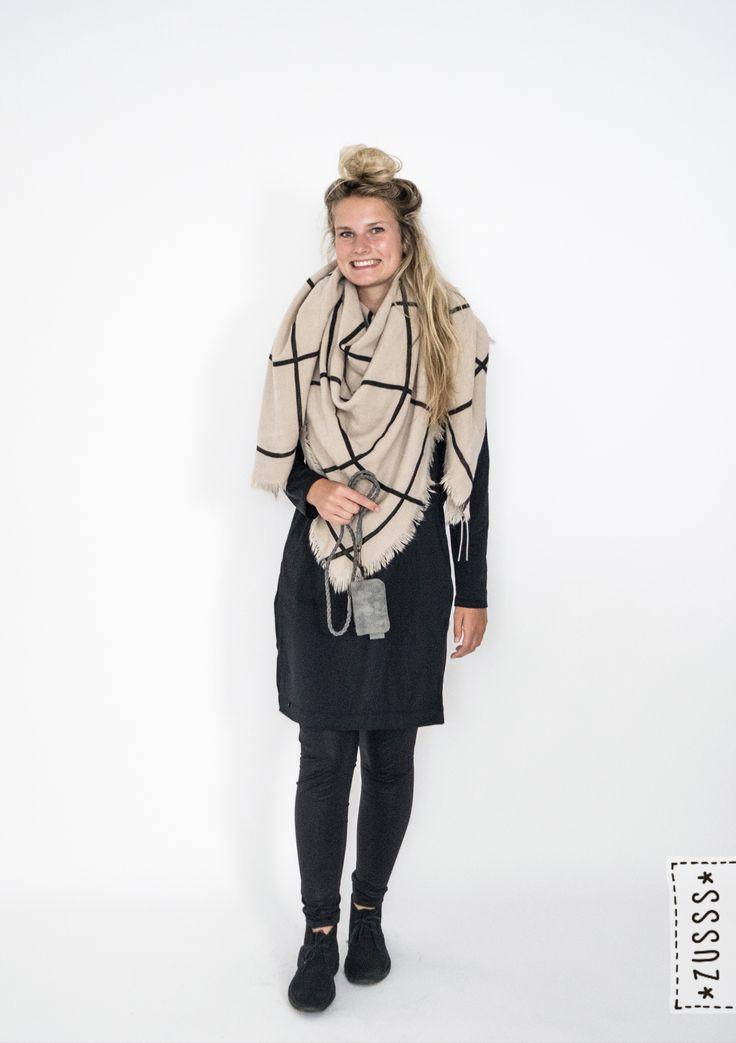 Zusss l Leuk jurkje zwart, Grote vierkante sjaal zand zwart, Keykoord met etui antracietgrijs l http://www.zusss.nl/product/leuk-jurkje-zwart-sm/