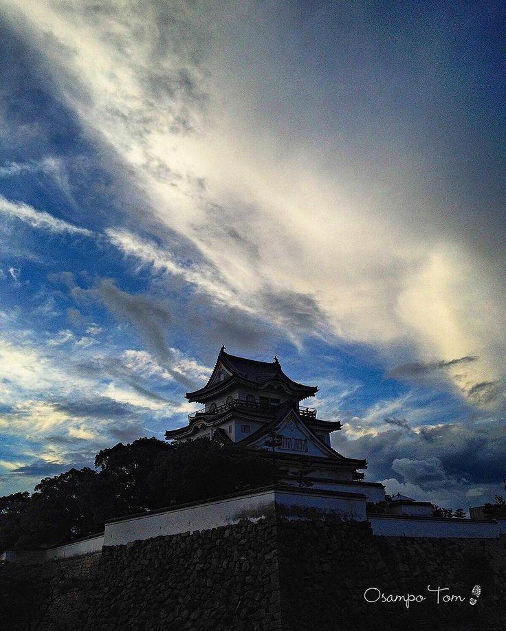 岸和田城と秋の気配。 <Kishiwada Castle>The signs of autumn are felt 岸和田城は、もともと14世紀に楠木正成の一族、和田高家が築いた城がルーツとされ、秀吉の時代に紀州の反秀吉勢力、根来衆・雑賀衆へ睨みをきかす前線基地として城郭整備、再築城。この時に天守も造られたそうです…等々。 岸和田といえば、もうすぐだんじり祭りですね。岸和田を筆頭に大阪の泉州地方あちこちでだんじり祭りが始まり、ドンドンピーヒャラ町中が祭囃子で賑やかになっていきます。 #castle#kishiwada#clouds#cloudlovers#sky#skylovers#view#landscape#scene#bluesky#whiteandblue#beautiful#nature_and_more_by_angel #ig_natura#everything_imaginable #strangeclouds#mysteriousclouds #岸和田城#城#だんじり#だんじり祭り#地車#楠木正成#雲#秋の気配#秋の雲#天守#小出秀政#岡部宣勝