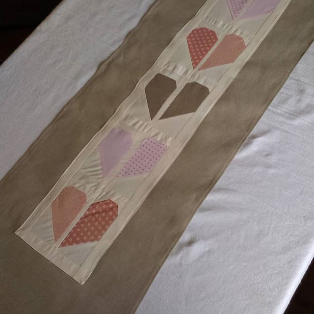 Okay, valentines day is already two days over, but i want to send much love to all this fantastic ladies which day by day give me inspiration for sewing :) THANK you from one of hundreds of followers for your pictures and ideas, patterns and printables! Ps.: i made this half hearted tablerunner last days but i have this feeling Its not completed, maybe you have some ideas to make it more nice? I would like to add some stitches, but what and where???