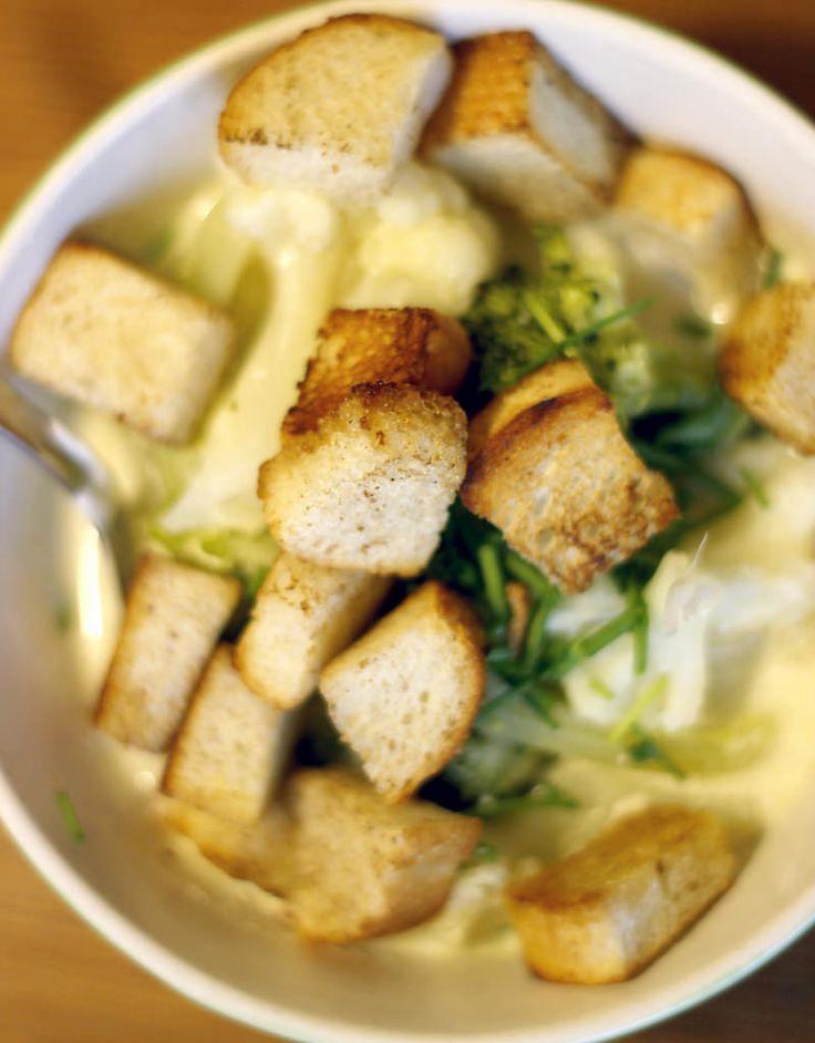 Augustisoppa på blomkål och broccoli, toppad med gräslök och hemgjorda krutonger.