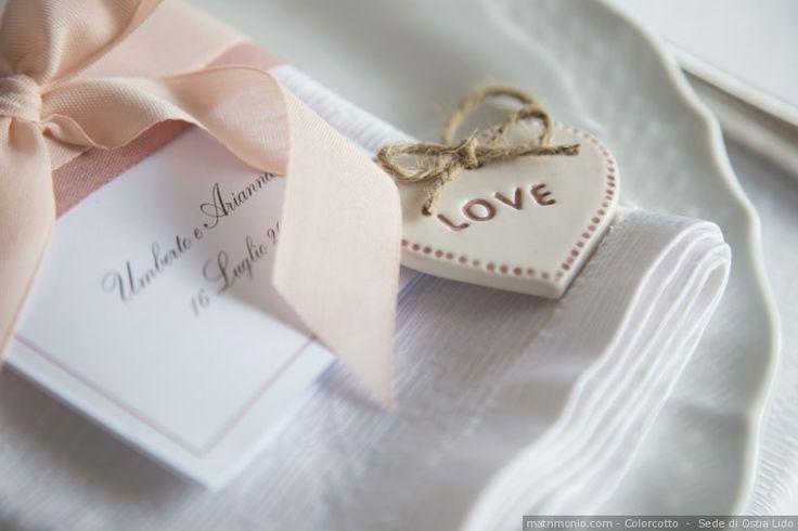 Segnaposto di nozze con cuori di ceramica per un matrimonio a tema amore