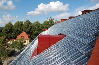L'entreprise suédoise Soltech Energy vient peut-être d'inventer les tuiles qui recouvriront tous nos toits dans quelques années. Cette société est en train de perfectionner un système de tuiles transparentes utilisant l'énergie solaire thermique et photovoltaïque! Cette invention, br…