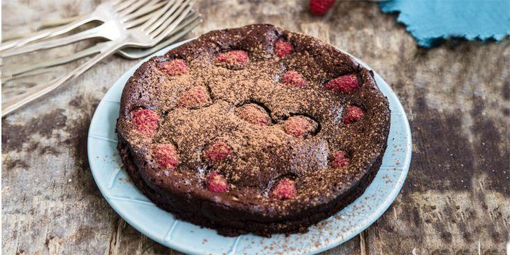 Flourless+Berry+Chocolate+Cake+via+@iquitsugar