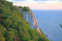 Der Königsstuhl als Wahrzeichen der Insel Rügen ist eines der Highlights unter den Sehenswürdigkeiten. Imposant und malerisch ragt er 118 Meter direkt an der Ostsee empor und wartet auf staunende Besucher.    3.003 Hektar misst der Nationalpark Jasmund. Flächenmäßig ist er damit der kleinste Nationalpark Deutschlands. Landschaftlich gehört er vielleicht zu den interessantesten Naturschutzgebieten. Die Kreidefelsen auf der Halbinsel Jasmund, nach der der Nationalpark benannt ist, sind Rügens…