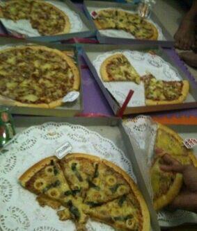 Ultah ade traktir pizza holic....