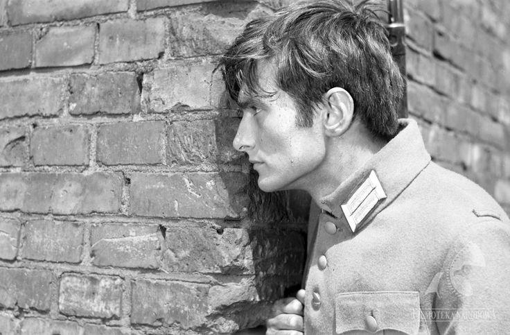 """Olgierd Łukaszewicz (1946- ) jako Gabriel Basista w filmie """"Sól ziemi czarnej"""" (1969, reż. Kazimierz Kutz). Zdj. Jerzy Łukaszewicz w zbiorach Filmoteki Narodowej (http://www.fn.org.pl)"""